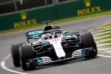 Via al mondiale di F1. Super Hamilton conquista la pole in Australia davanti alle due Ferrari di Raikkonen e Vettel