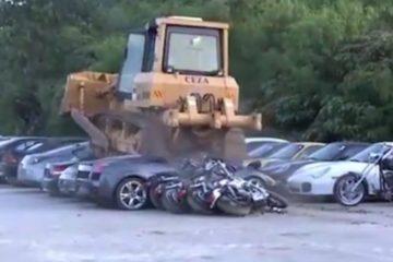 Fiammanti Lamborghini, Porsche e altre auto di lusso schiacciate da un bulldozer filippino. Il video