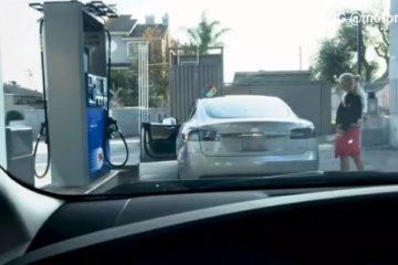La signora cerca il bocchettone della benzina ma l'auto è elettrica. Il video è virale