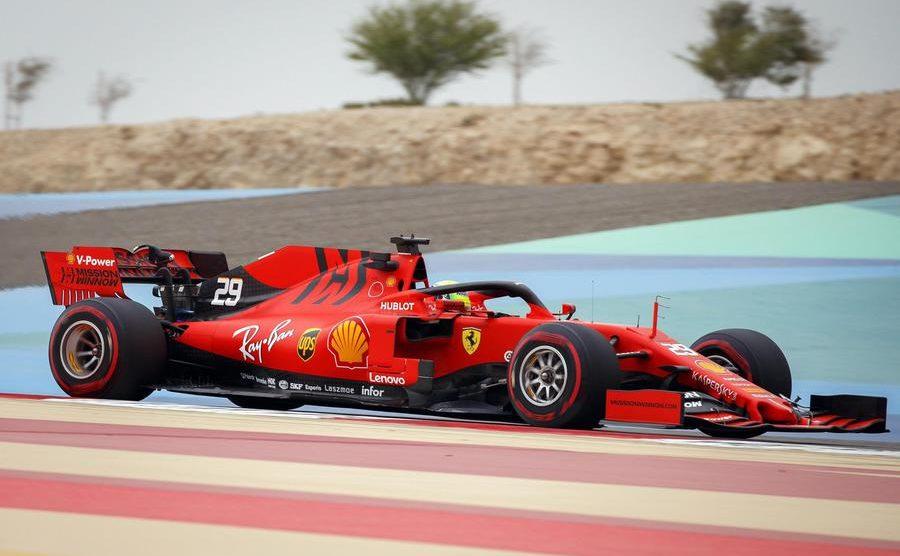 Mick Schumacher al debutto con la Ferrari. Corinna a bordo pista segue il figlio