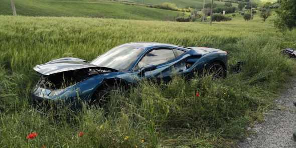 Incidente tra due Ferrari alla Mille Miglia 2019. Una donna ferita e due bolidi fuori uso