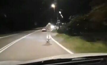 Con il monopattino su una strada extraurbana e a più di ottanta km/h. Il video