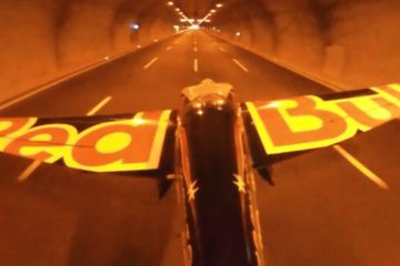 L'impresa, Dario Costa con un aereo attraversa due gallerie autostradali. Il video